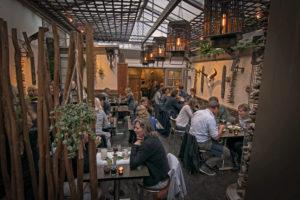 Haarlem-restaurant-binnentuin-terras-dineren-wijn-borrel